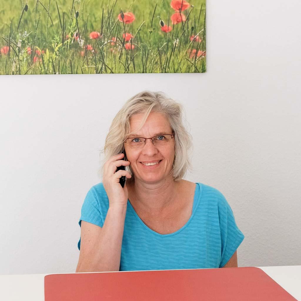 Ulrike Hollmann telefonierend am Empfang